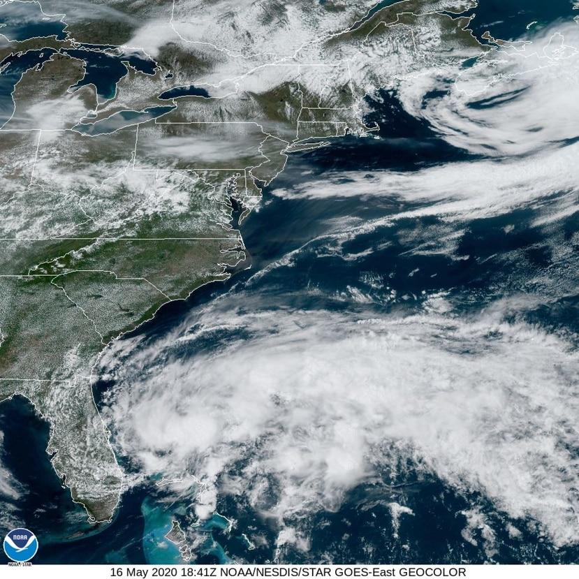 Imagen del satélite del mediodía del sábado, 16 de mayo, del sistema de baja presión con potencial de desarrollo ciclónico. (NOAA)