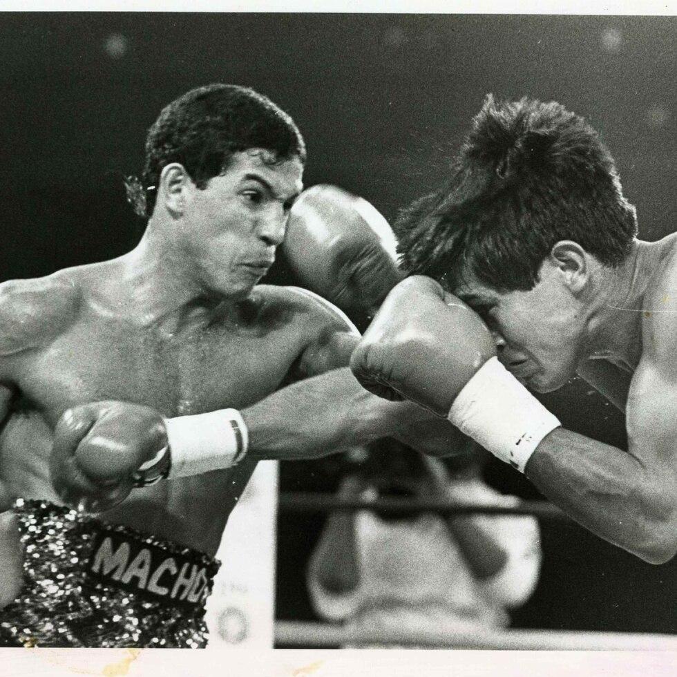 Macho Camacho (izq) golpea a José Luis Ramírez durante el combate entre ambos en 1985. (Archivo)