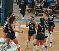 Natalia Valentín (centro) y las Sanjuaneras celebran un punto contra Naranjito.