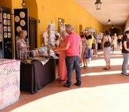 Los artesanos que se encuentran en la zona están confiados de que los asistentes respalden sus trabajos en las fiestas, aun cuando es evidente que la cantidad de público es menor que otros años. (Especial / Ricky Reyes Vázquez)