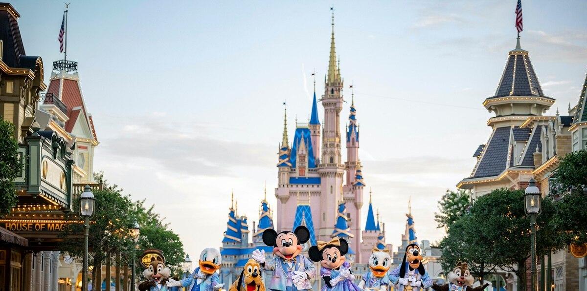 En el caso de Disney World, el uso de mascarillas es opcional en los espacios abiertos y los niños menores de 2 años están exentos de llevarlas en todos los lugares.