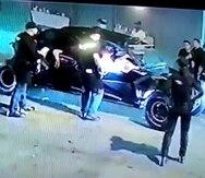 El vehículo Cam-Am impactó a un agente municipal con la goma y luego al escapar atropelló a un inspector de la Policía Municipal de San Juan.