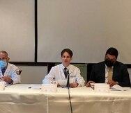 En el centro, el doctor Yussef Galib-Frangie Fiol, presidente de la Asociación Médica de Puerto Rico, junto a secretario de Salud, Carlos Mellado, a la derecha, en la presentación de la primera edición del Salón de la Fama de la Medicina Puertorriqueña.