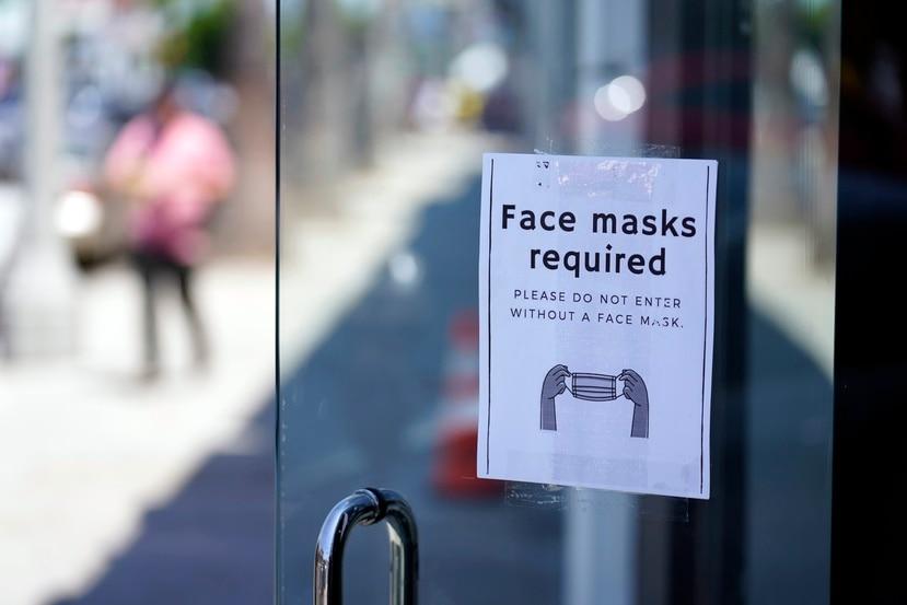 Los CDC revisaron esta semana sus directrices para el uso de mascarillas en busca de frenar el COVID-19.