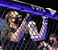 Personal de UFC desinfecta la jaula entre peleas. (AP)
