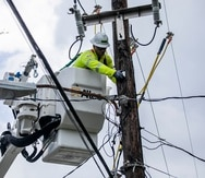 Un empleado de LUMA Energy realiza labores en el sistema de energía eléctrica en un poste. (Twitter @lumaenergypr)