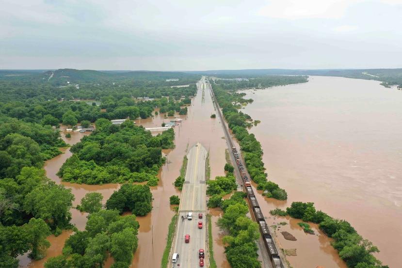 La imagen muestra una autopista inundada por el erío Arkansas en Sand Spring, Oklahoma. (DroneBase via AP)