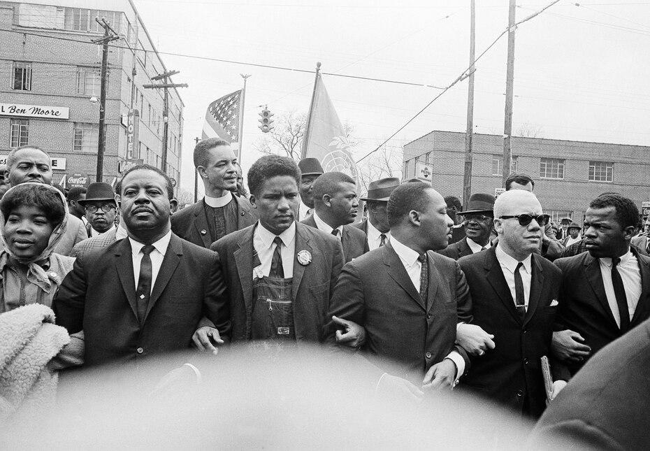 17 de marzo del 1965: Se ve al excongresista John Lewis participando de una marcha multitudinaria dirigida por Martin Luther King en Alabama.