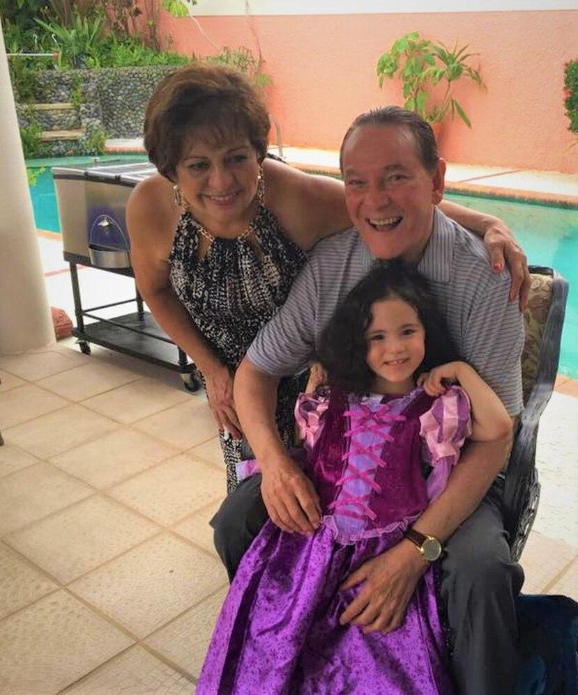 Don Rafael Bracero Torres y su esposa Aida, acompañan a Camila Sofía.