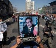 Un manifestante carga un cuadro con la foto del expresidente chileno Salvador Allende durante las protestas de la conmemoración por las víctimas del golpe de estado.