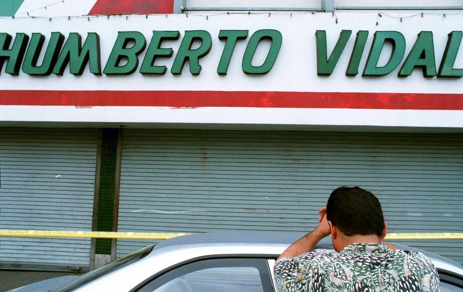 La explosión se registró a las 8:35 a.m. del 21 de noviembre de 1996, y se cree que ocurrió en el sótano de la tienda de calzado Humberto Vidal. En la foto, Rafael Gerald O'Neill llora al presentir que un familiar murió en la tragedia.