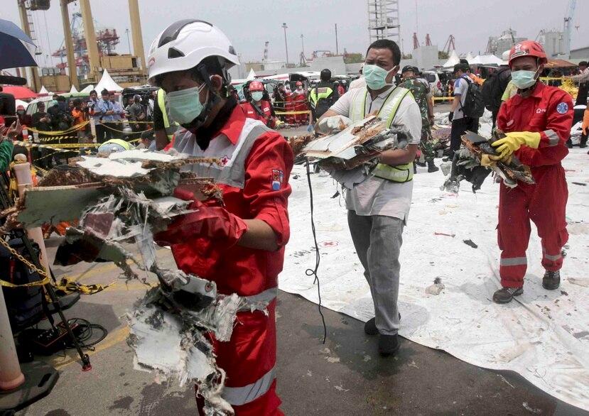 Rescatistas trasladan restos del vuelo 610 de Lion Air que se estrelló en el Mar de Java, en el puerto Tanjung Priok, en Yakarta, Indonesia, el 2 de noviembre de 2018. (AP)