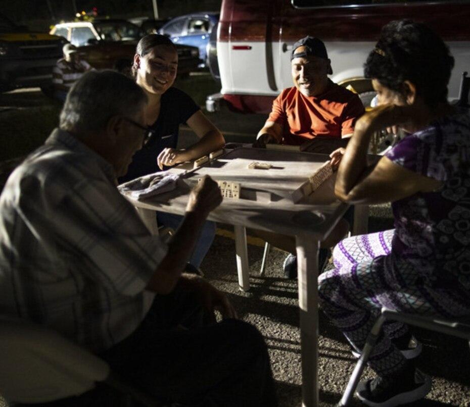 Mientras pasan las horas algunos refugiados se encuentran para jugar dominó con la esperanza de que todo mejore.
