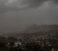 Una nube de ceniza volcánica cubre Kingstown, la capital de San Vicente y las Granadinas, el sábado, un día después de la erupción del volcán La Soufriere.