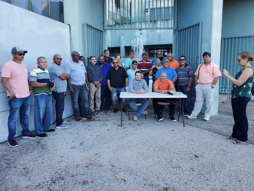 Un grupo de pescadores ya había llevado su reclamo a las oficinas del DRNA. A la extrema derecha, con camisa rosa, Roberto Silva, presidente del Congreso de Pescadores.