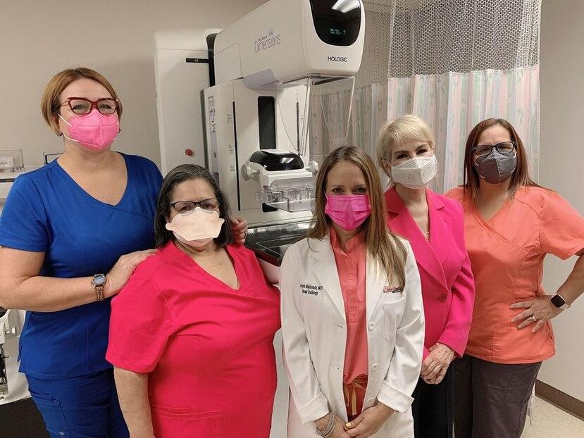 Nydia Caro y la ctora Mayra Maldonado junto al Peronal del Breast Institute de HIMA San Pablo Bayamon.