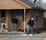 Investigadores revisan la escena del crimen en Muskogee, Oklahoma.