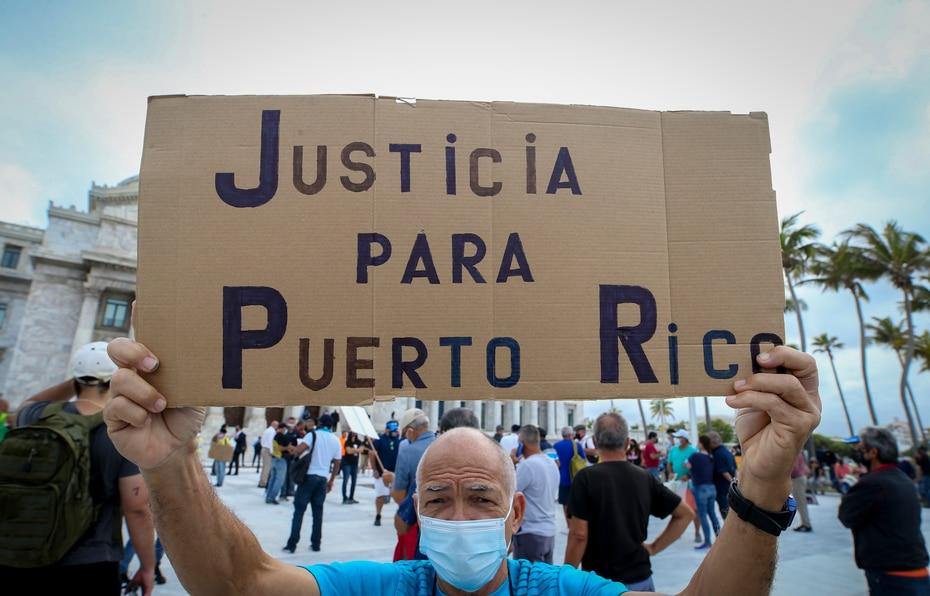 Personas que protestaron por los recortes a los pensionados como parte del plan de ajuste de la Junta de Supervisión Fiscal (JSF) también llegaron hasta el Capitolio para manifestarse.