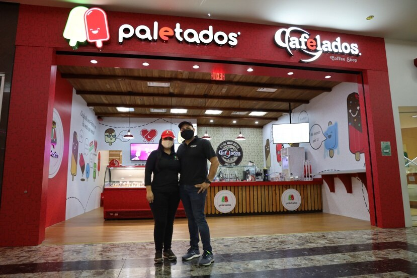 Zuleimaris Soto y Lemuel Pérez, propietarios de Paletados frente a su nuevo local.