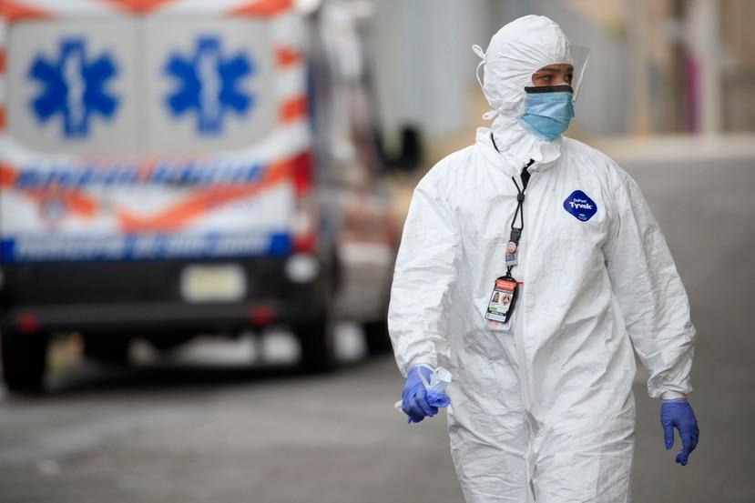 Personal médico atiende pacientes y posibles sospechosos de COVID-19 en el servicarro del CDT de Río Piedras.
