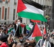 Manifestantes llevan banderas palestinas en una marcha de protesta contra los ataques israelíes contra los palestinos en la Franja de Gaza, en una marcha en Madrid el sábado, 15 de mayo del 2021.