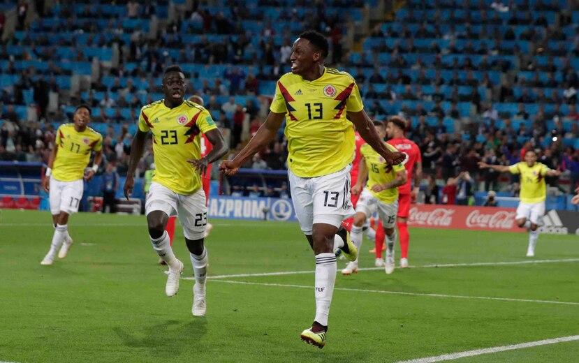 El zaguero de Colombia, Yerry Mina, festeja tras marcar el gol para el empate 1-1 contra Inglaterra en el tiempo reglamentario del partido por los octavos de final del Mundial, en Rusia. (AP)