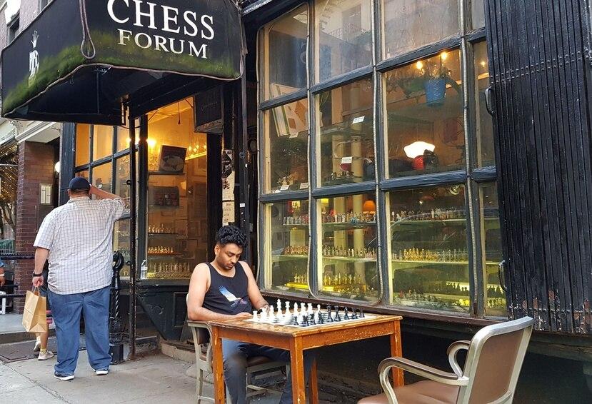 En Chess Forum pequeñas mesas que se alinean en la parte trasera de la tienda, dispuestas para todo aquel que quiera jugar una partida.