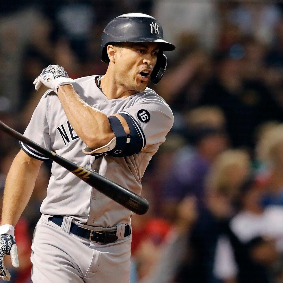 Giancarlo Stanton, de los Yankees de Nueva York, arroja el bate después de conectar su 'grand slam' de la octava entrada del juego ante los Red Sox el sábado.