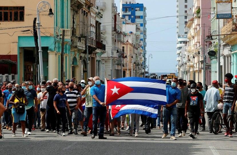 Un grupo de personas responden a manifestantes frente al capitolio de Cuba hoy, en La Habana (Cuba).