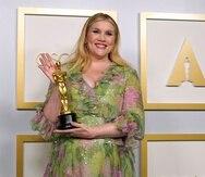 """Emerald Fennell carga con su premio Oscar en la categoría de Guión original por la película """"Promising Young Woman""""."""