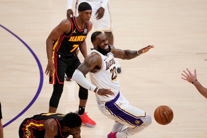 Reacción de LeBron James al torcerse el tobillo derecho durante la primera mitad del encuentro entre los Lakers y los Hawks el sábado.