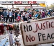 Manifestantes se reúnen afuera de un establecimiento Cup Foods en Minneapolis para recordar a George Floyd y Daunte Wright.