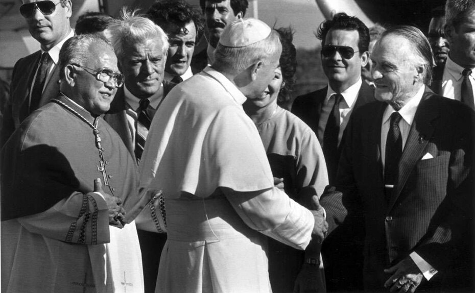 Luis A. Ferré  saluda en su llegada al papa Juan Pablo II en 1984. Le acompaña el fenecido cardenal Luis Aponte Martínez y  el entonces gobernador Carlos Romero Barceló.
