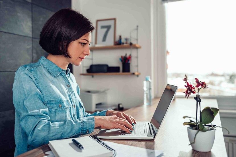 Una de las razones por las que el trabajo desde casa es más agotador es porque las solicitudes de tareas pueden llegar a ser constantes y se reciben de distintos ámbitos de la organización. (Shutterstock)