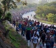 Una caravana de migrantes centroamericanos que se dirige a la frontera entre México y Estados Unidos camina por la carretera en Escuintla, Chiapas, México. (AP / Moisés Castillo)