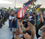 Personas protestaron frente al Capitolio durante el mensaje de presupuesto del gobernador Pedro Pierluisi llevado a cabo el 18 de mayo de 2021.