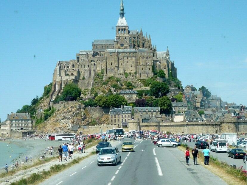 Lugares turísticos como el Mont Sant Michel, en Francia, volverán a recibir visitantes tan pronto se vuelva a la normalidad. (Archivo GFR Media)