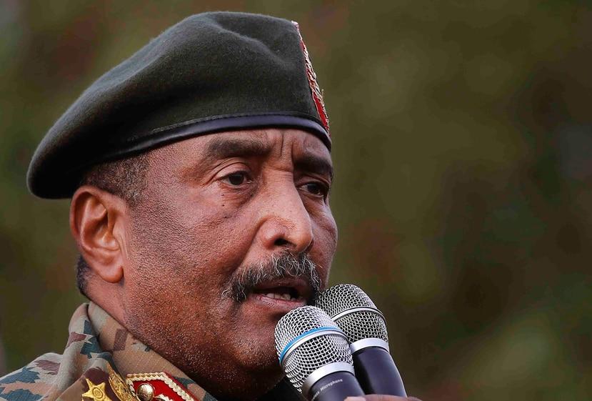 El general Abdel-Fattah Burhan, jefe del consejo militar de Sudán, habla en un acto a favor del gobierno en Omsurman, al oeste de Jartum, 29 de junio de 2019. (AP/Hussein Malla)