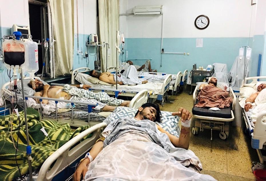 Varias personas que resultaron heridas en los ataques con bombas aguardan para ser atendidos en un hospital de Kabul.
