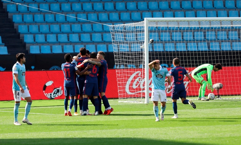 Los jugadores del Atlético de Madrid festejan el gol del uruguayo Luis Suárez durante la jornada del sábado.