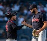 El relevista Sam Hentges, a la derecha, recibe la felicitación de su receptor Roberto Pérez luego de que Cleveland venciera el domingo a los Yankees.