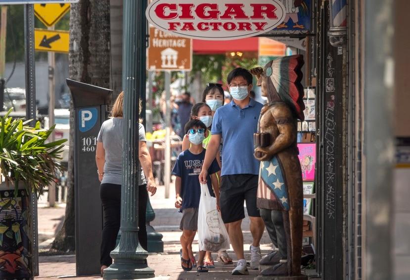 Un grupo de personas camina por La Pequeña Habana en Miami.