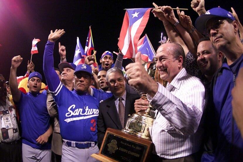 """""""Poto"""" Paniagua fue un destacado propietario en la liga de béisbol invernal. Aquí con el trofeo de campeón en la Serie del Caribe de 2000 con los Cangrejeros de Santurce."""