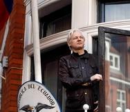 La foto de archivo de 2017 muestra a Julian Assange en la embajada ecuatoriana en Londres. (AP)