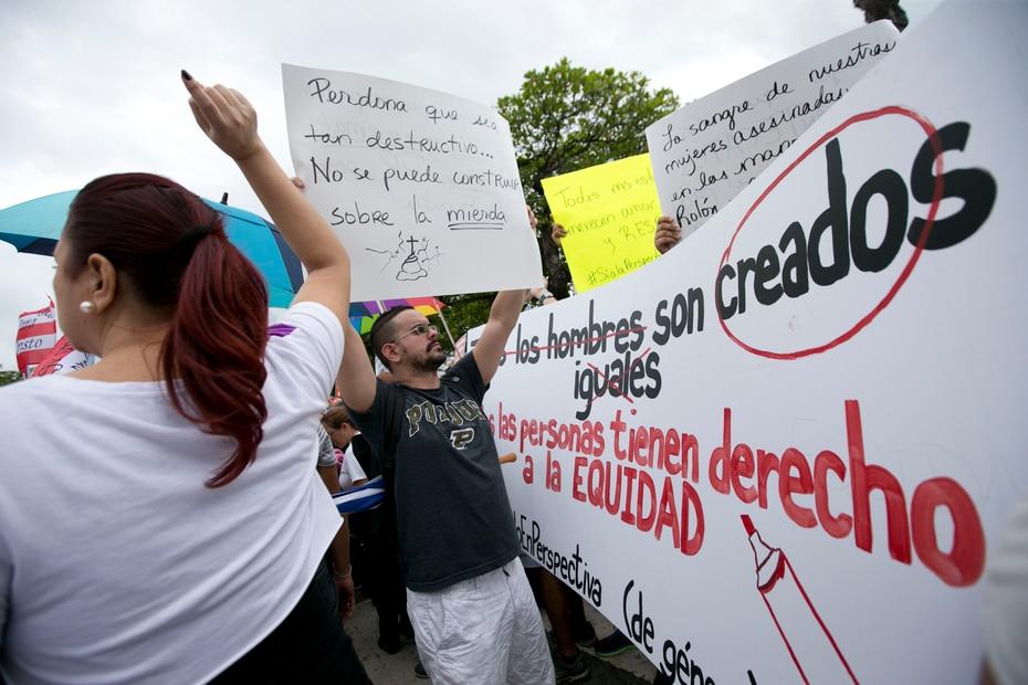 En la contraprotesta, convocada por religiosos y ateos, los manifestantes abogaron por la perspectiva de género.