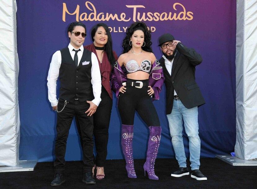 Chris Pérez, Suzette Quintanilla y A.B. Quintanilla junto a la figura de cera. (AP)