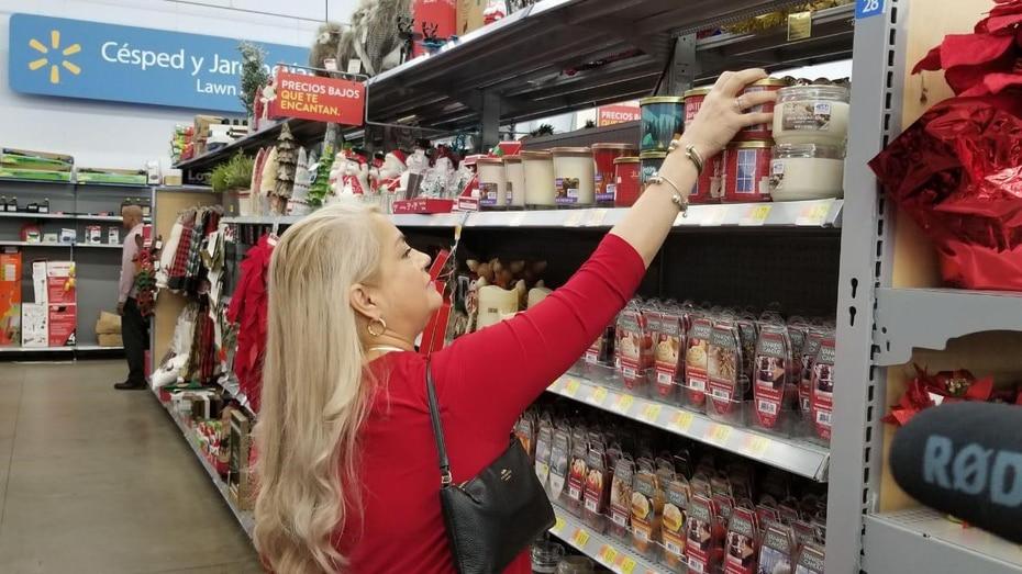 La gobernadora Wanda Vázquez asistió a las Ventas del Madrugador en el Walmart de Toa Baja. (Suministradas)