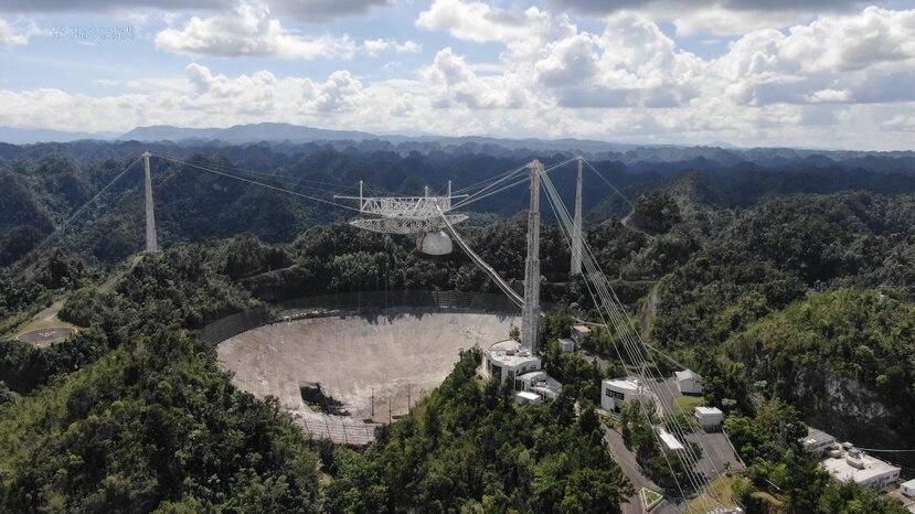 Vista aérea del Observatorio de Arecibo donde se aprecia los más de 100 pies del plato que colapsaron tras la ruptura de un cable de soporte.