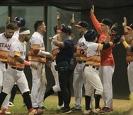 Los jugadores de Florida celebran una anotación en el partido del sábado ante Utuado. Con la victoria los Titanes avanzaron al Carnaval de Campeones.