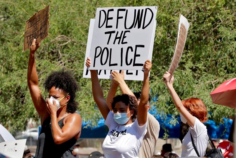 Florida es uno de los pocos estados este año que han expandido la autoridad policial y han aprobado reformas: una propuesta separada en espera de la firma del gobernador requeriría entrenamiento adicional sobre el uso de fuerza y busca garantizar que los policías intervengan si otro agente usa una fuerza excesiva.